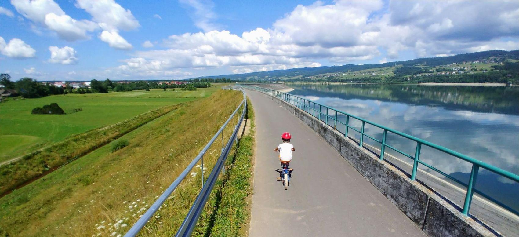 Zdjęcie przedstawia dziecko jadące trasą VeloDunajec